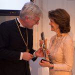 Landesbischof Prof. Dr. Heinrich Bedford-Strohm überreicht Ihrer Majestät Königin Silvia von Schweden den Bayerischen Stifterpreis