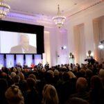 Knapp 300 Gäste verfolgen das Geschenen im Senatssaal des Bayerischen Landtags